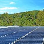 Mehrere Reihen von PV-Modulen auf einem großen Flachdach mit Lichtkuppeln. Bild: Bauder