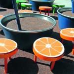 Kinder können auf Obstscheiben und Strohhalmen hüpfen, klettern, balancieren − ein Fallschutzbelag dämpft Stürze. Bild: Obst.Zimmer Spielraumgestaltung