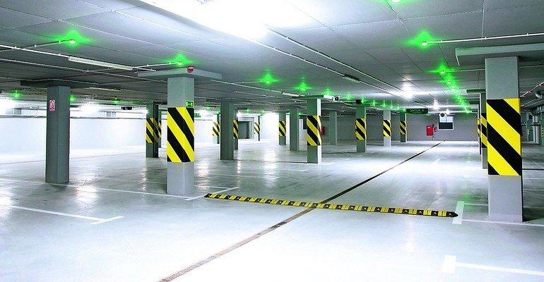 Parkgarage mit Leuchtsignalen an der Decke, die freie und besetzte Parkplätz signalisieren. Bild: Remmers Fachplanung