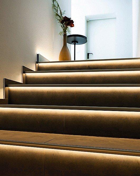 Treppe mit indirekter Stufenbeleuchtung. Bild: Dural