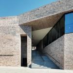 Eine zentrale Treppe verbindet den Museumsvorplatz mit dem Burgkloster und den Außenanlagen oberhalb des Neubaus. Bild: Richard Brink GmbH & Co. KG