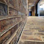 Die Wände des Kolonnadeninnenraums sind mit den dezenten Schlitzrinnen gesäumt. Somit ist eine zuverlässige Entwässerung gewährleistet. Bild: Richard Brink GmbH & Co. KG