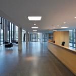 Haupteingang mit Empfangsbereich. Bild: Gerber Architekten | Fotograf: Hans Jürgen Landes