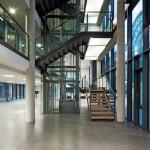 Auch Treppen und Aufzug wurden weitestgehend transparent ausgeführt. Bild: Gerber Architekten | Fotograf: Hans Jürgen Landes