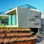 Die wellenförmige Oberflächenstruktur der Holzfassade wurde durch eine variable Anordnung der horizontalen Unterkonstruktion erreicht. Bild:Fedde de Wert