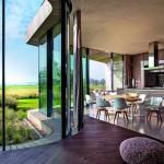 Die Panoramafront lässt sich flexibel öffnen und bietet vom Wohn- und Essbereich aus eine weite Aussicht über den schilfbewachsenen Garten zur angrenzenden Polderlandschaft. Bild:Inga Powilleit