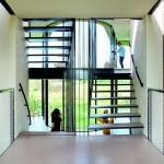 Die Verbindung der unterschiedlichen Flügel und Ebenen erfolgt durch eine offene Treppe im zentralen Erschließungskern. Bild:Inga Powilleit