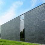 Flächenbetonte Fassade mit ebenen Fensterfronten. Bild: Rathscheck Schiefer