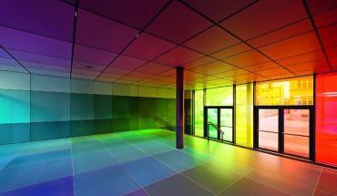 Das Raster aus einfarbigen Feldern macht im Zusammenspiel mit den farbigen Gläsern das Modell des CMYK-Farbraums erfahrbar. Bild: Sorin Morar, München