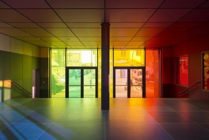 design gl ser f r schule in m nchen in farbiges licht getaucht. Black Bedroom Furniture Sets. Home Design Ideas