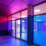 Das Lernen beginnt bereits beim Betreten des Gebäudes: Je nach Lichteinfall ändern sich die Farbmischverhältnisse im Eingang. Bild: Sorin Morar, München