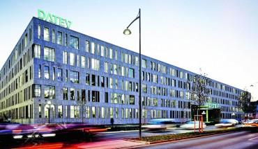 Der viergeschossige Neubau mit einer Nutzfläche von insgesamt 42000 m² gilt als Beispiel fortschrittlicher Gebäude- und Arbeitsplatzgestaltung. Bild: Arnold Glas