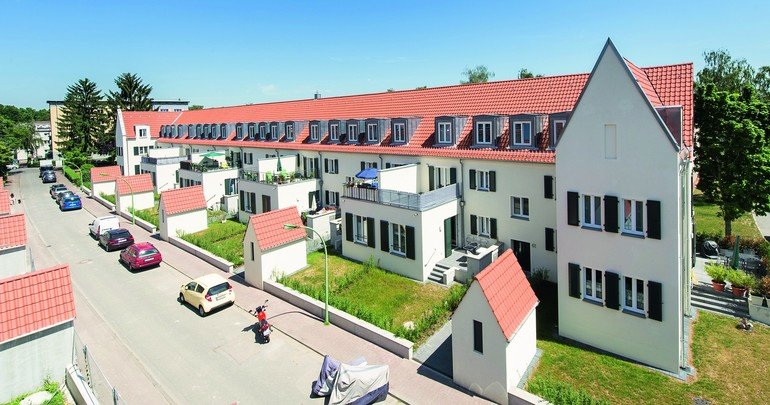Bei der Sanierung einer 1920er-Jahre-Siedlung in Frankfurt kam auf den alten Holzbalkendecken u.a. ein hochbelastbarer Gipsfaser-Trockenestrich zum Einsatz.