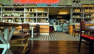 Rund 800 Sitzplätze verteilen sich in unterschiedlich gestalteten Café-, Bar-, Lounge-, Living-Kitchen- oder Thekenbereichen. Bilder: Wineo
