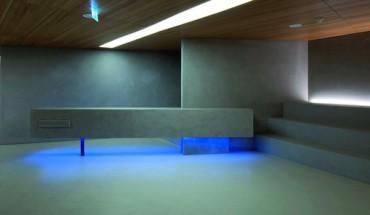 Im Foyer des Konzerthauses Blaibach bilden der Boden und selbst der Tresen eine Fortsetzung des Sichtbetongedankens der Wände (Umbau: Architekt Peter Haimerl, München). Bild: HeidelbergCement/Steffen Fuchs