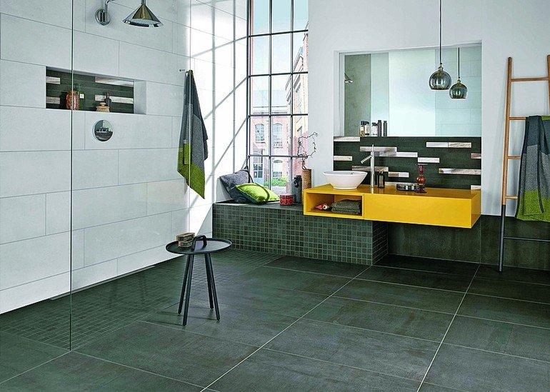 Bad mit ebener Dusche und Fenster. Bild: Agrob Buchtal GmbH