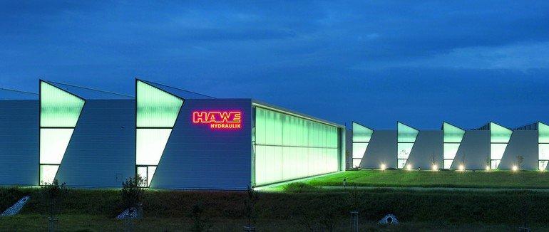 Nachts entsteht ein stimmungsvolles Bild dank der transluzenten Wärmedämmung in der Profilglas-Fassade. Bilder: David Franck, Ostfildern www.davidfranck.de