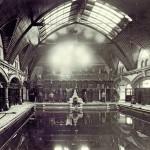 Die Schwarzweiß-Aufnahme zeigt das ursprüngliche Bad um 1900. Bild: Metsä Wood