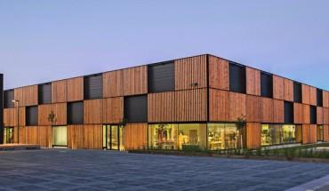 Mit ihrer vorgesetzten Beschattungsfassade aus Holz macht die neue Halle positiv auf sich bzw. auf den Bauherrn aufmerksam. Bilder: Hinterschwepfinger Projekt GmbH