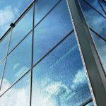 Fassadenglas mit integriertem Vogelschutz: Flächig angelegte Textur. Bild: Glas Trösch