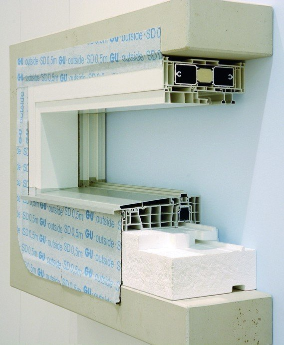 Schaustück eines schmalen, tiefliegenden Fensters mit der dazugehörigen Isolierung. Bilder: Gretsch-Unitas