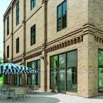 Renovierter Ziegelbau in Innenstadtlage mit Geschäftsbereich im Erdgeschoss. Bild: Aluprof