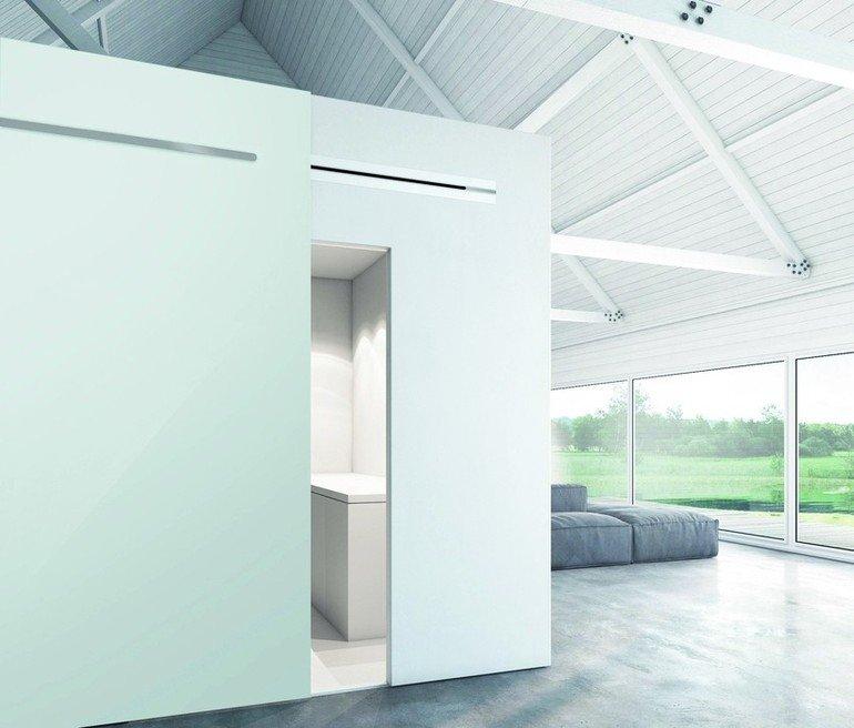 Minimalistisches Haus mit bodentiefer Verglasung und freigelegtem Gebälk. Bild: Astec GmbH