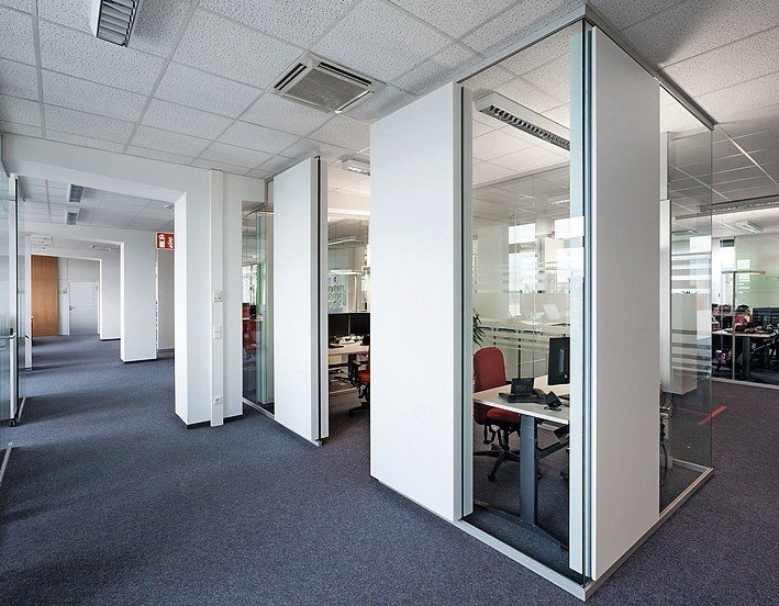 Großraumbüro mit teilverglasten Bürokabinen. Bild: Nikolay Kazakov | Feco