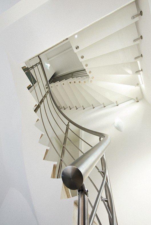 Treppe mit gewundenem Metallgeländer. Bild:Kenngott