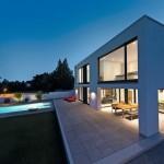 Die Terrasse ist teilweise in das Gebäudevolumen integriert. Bild: Henrik Morlock, Forbach