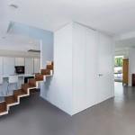 Die Treppe ist Erschließung, Möbel und Trennelement zugleich. Die Bodenflächen wurden fugenlos gestaltet. Bild: Henrik Morlock, Forbach