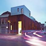 Bewusst kleinteilig - wie die Struktur der ursprünglichen Bebauung - wurde die Gebäudezeile mit unterschiedlich großen Corten-Stahl-Elementen gestaltet. Bild: Petra Appelhof