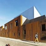 Die Kleinteiligkeit erzielten die Architekten auch durch breite Fugen, Rücksprünge sowie unterschiedlich große Öffnungen der Fassadenfront. Bild: Petra Appelhof