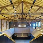 Innen besteht ein reizvolles Zusammenspiel von alt und neu auch durch die nach historischem Vorbild neu errichtete Holz-Deckenkonstruktion. Bild: Petra Appelhof