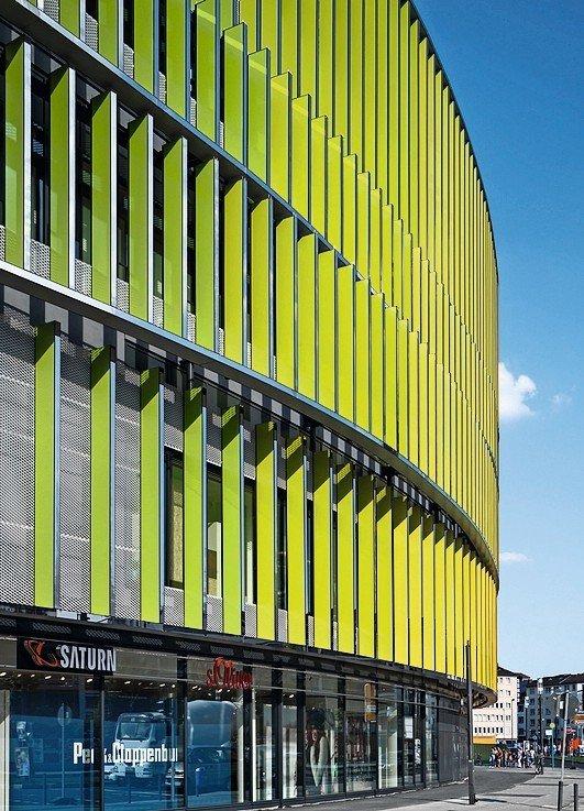 Abgerundete Fassade mit hellgrünen Lamellen. Bild: Jens Kirchner, Düsseldorf
