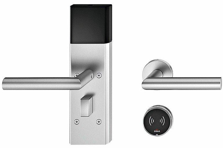 Zwei unterschiedliche Türschließsysteme: einmal mit manuellem Drehschalter, einmal mit kontaktlosem Chipsystem. Bild: Häfele
