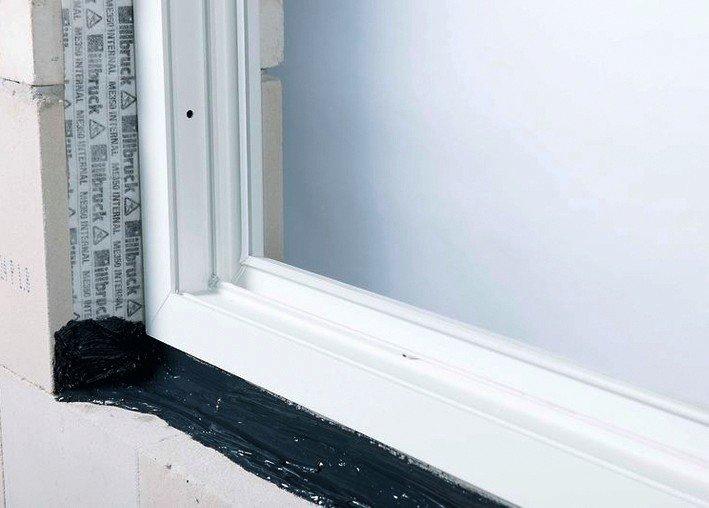 Abdichtung beim Einbau eines Fensterrahmens. Bild: Tremco illbruck