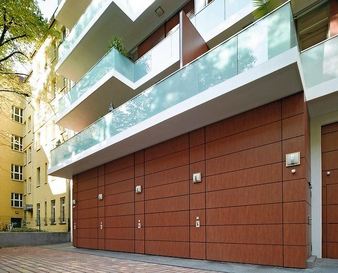 Wohnhaus mit Balkonen mit Milchglasgeländern. Bild: Hörmann