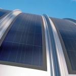 Biegbare PV-Folie ermöglicht den Einsatz auf gerundeten Flächen, Fassaden und Metalldächern mit geringer Belastungsgrenze. Bild: Kalzip GmbH