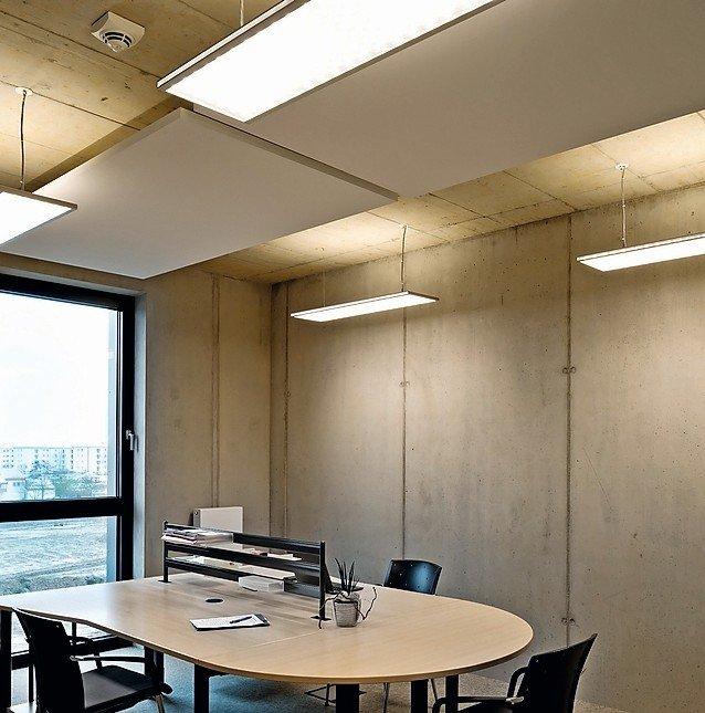 Büro mit Sichtbetonwänden und -decke, Deckensegeln und Hängelampen. Bild: Regiolux