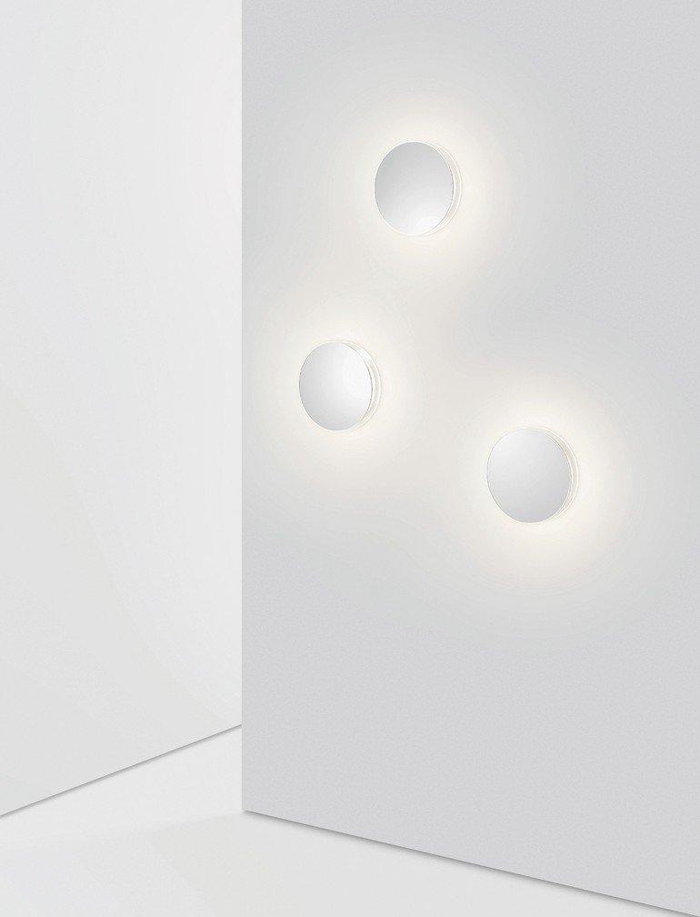 Wandleuchten an einer weißen Wand. Bild: Serien