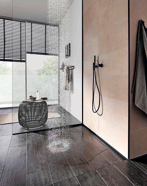 Ebenerdige Dusche mit Bodenschräge und schmalem, durchgängigen Abfluss. Bild: Blanke