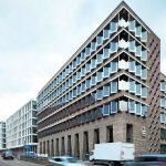 Die Fassade des von LRO geplanten Gebäudes Haus West besteht aus recycelten Ziegeln und Edelstahlrahmen für die Fensterbänder. Bilder: Nikolay Kazakov, Karlsruhe www.kazakov.de