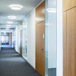 Die Tür- und fecostruct-Glaselemente sind flächenbündig in die Gips-kartonwände eingesetzt (Haus 66, Nething Generalplaner). Bild: Nikolay Kazakov, Karlsruhe www.kazakov.de