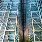 26 m hohe Regale: Für die automatisierte Ein- und Auslagerung hat das Unternehmen in speziell angefertigte Regalbedien- und Ladeaufnahmegeräte investiert. Bild: Wagner / Heiko Preller