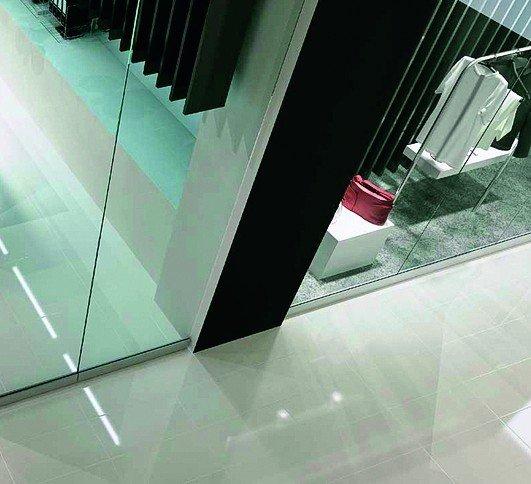 Glastrennwände als Schaufenster in einer Einkaufsmall. Bild: Aluprof S.A.
