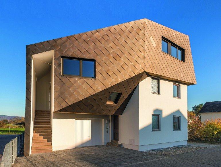 Außergewöhnliche Dach-Aufstockung in Lorsch: Metalldach- und -fassadenflächen wurden mit bronzefarbenen Aluminiumschindeln von Kalzip versehen.