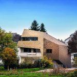 Die bronzefarbene Metallummantelung bildet einen fließenden Übergang von Landschaft zur Bebauung. Bild: Helwig Haus und Raum Planungs GmbH