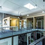 Holzboxen wurden im Raum-im-Raum-Prinzip in die bestehende Halle der ehemaligen Picherei gestapelt, verbunden durch Stahltreppen und umlaufende Galerien. Bild: Küffner