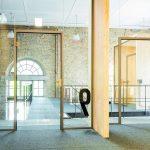 Die Ganzglastüren mit sehr schlanken Aluzargen erzielen eine große Transparenz. Bild: Küffner